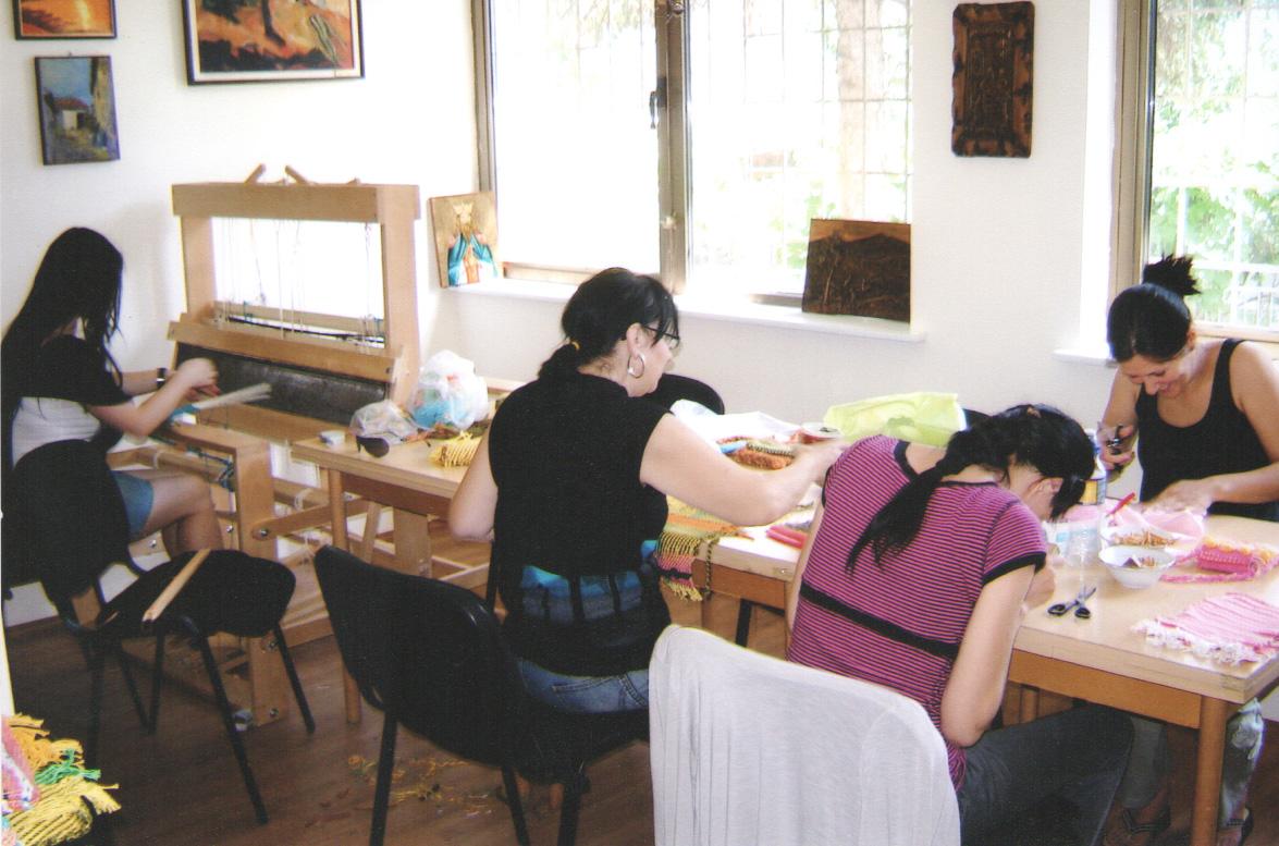 organizujemo radio-okupacione, likovne, kulinarske radionice, obuku za rad na računaru uz pomoć govornog programa, opismenjavanje na Brajevom pismu;
